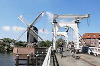Nederland Leiden 2016 . Molen de Put en de Rembrandtbrug aan het Galgewater. Foto Berlinda van Dam / Hollandse Hoogte