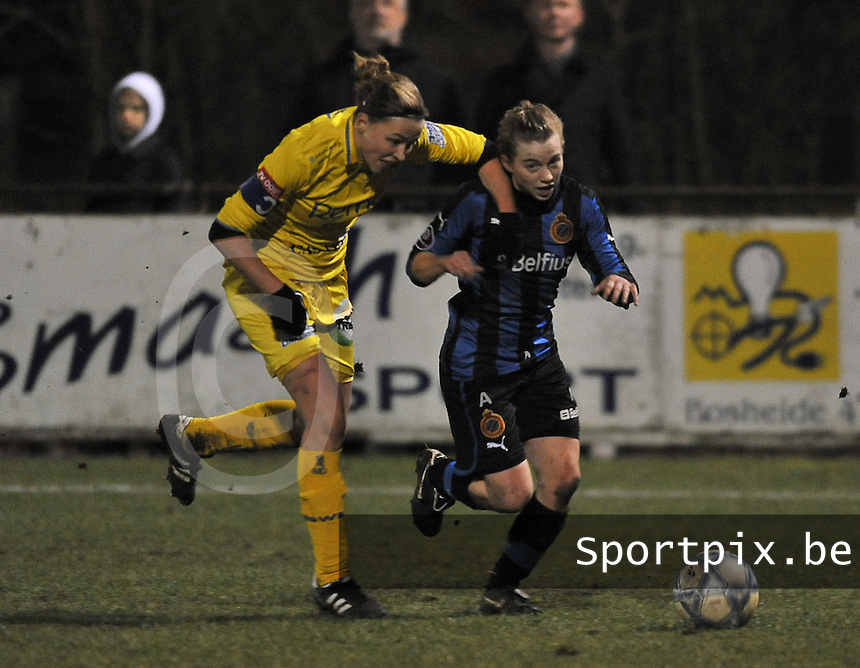 Club Brugge Dames - WB Sinaai Girls : duel tussen Yana Haesebroek (rechts) en Anouk Bonnarens.foto DAVID CATRY / Vrouwenteam.be
