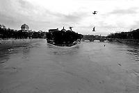 Roma, Febbraio 1986.Il fiume Tevere in piena per le piogge all'Isola  Tiberina..Rome, February 1986.The river Tiber in flood  for the rains, the Tiberina  Island.