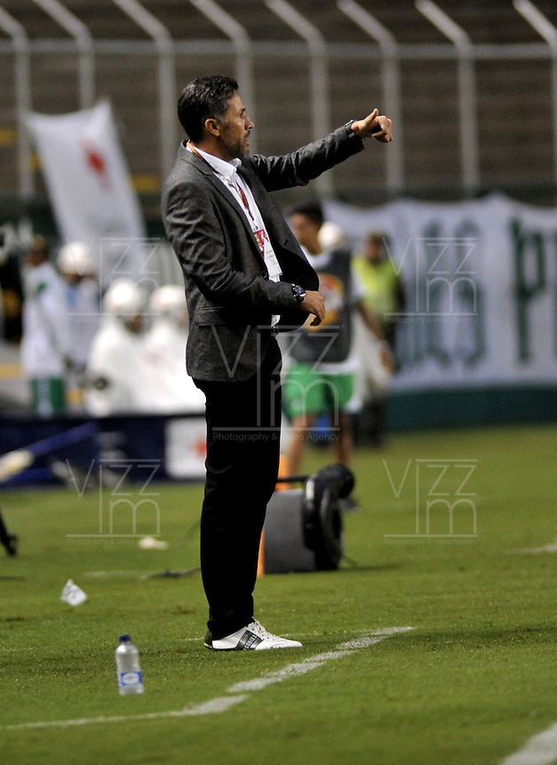 CALI - COLOMBIA -28-05-2016: Mario A Yepes, técnico de Deportivo Cali, durante partido entre Deportivo Cali y Rionegro Aguilas, por la fecha 20 de la Liga Aguila I-2016, jugado en el estadio Deportivo Cali (Palmaseca)  de la ciudad de Cali.  / Mario A Yepes, coach of Deportivo Cali, during a match between Deportivo Cali y Rionegro Aguilas, for the date 20 of the Liga Aguila I-2016 at the Deportivo Cali (Palmaseca) stadium in Cali city. Photo: VizzorImage  / Luis Ramirez / Staff.