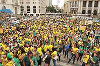RIO DE JANEIRO, RJ, 18.09.2013 - AGENTES AUXILIAR DE CRECHE COMEMORAM APROVAÇÃO DE PROJETO - As agentes auxiliar de creche comemoram a aprovação do projeto de lei que as equiparam  e  transformam em profissionais da educação enquadrando-as na categoria do magistério as auxiliares de creche encontram-se reunidas em frente a câmara dos vereadores na Cinelândia nessa quarta,  18. (FOTO: LEVY RIBEIRO / BRAZIL PHOTO PRESS)