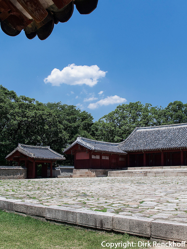 Haupthalle Jeongjeon, konfuzianischer Jongmyo Schrein, Seoul , S&uuml;dkorea, Asien, UNESCO-Weltkulturerbe<br /> Main hall Jeongjeon in confucian Jongmyo shrine,  Seoul, South Korea, Asia, UNESCO world-heritage