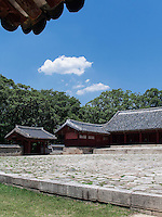 Haupthalle Jeongjeon, konfuzianischer Jongmyo Schrein, Seoul , Südkorea, Asien, UNESCO-Weltkulturerbe<br /> Main hall Jeongjeon in confucian Jongmyo shrine,  Seoul, South Korea, Asia, UNESCO world-heritage