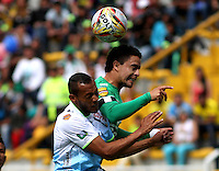 BOGOTA - COLOMBIA - 13-09-2015: Stalin Motta jugador de La Equidad disputa el balon con   Elkin Barrera de Jaguares de Cordoba durante partido  por la fecha 12 de la Liga Aguila II 2015 jugado en el estadio Metroplitano de Techo. / Stalin Motta player of La Equidad  fights the ball against Elkin Barrera of Jaguares de Cordoba  during a match for the twelve date of the Liga Aguila II 2015 played at Metroplitano de Techo  stadium in Bogota city. Photo: VizzorImage / Felipe Caicedo / Staff.