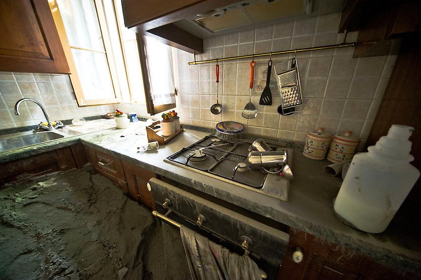 San Carlo (FE) - 24 maggio 2012 quattro giorni dopo il sisma in Emilia. Il sisma ha premuto sulle falde e l'acqua è uscita uscita dal suolo portando con se tanta sabbia da riempire le case.