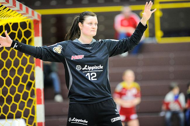 BENSHEIM, DEUTSCHLAND - MAERZ 15: 2. Spieltag in der Abstiegsrunde der Handball Bundesliga Frauen (HBF) in der Saison 2013/2014 zwischen dem Tabellenletzten HSG Bensheim/Auerbach (rot) und dem Tabellenersten der Abstiegsrunde, der HSG Blomberg-Lippe (blau) am 15. Maerz 2014 in der Weststadthalle Bensheim, Deutschland. Endstand 29:32. (16:15)<br /> (Photo by Dirk Markgraf/www.265-images.com) *** Local caption *** Anna Monz (#12) von der HSG Blomberg-Lippe