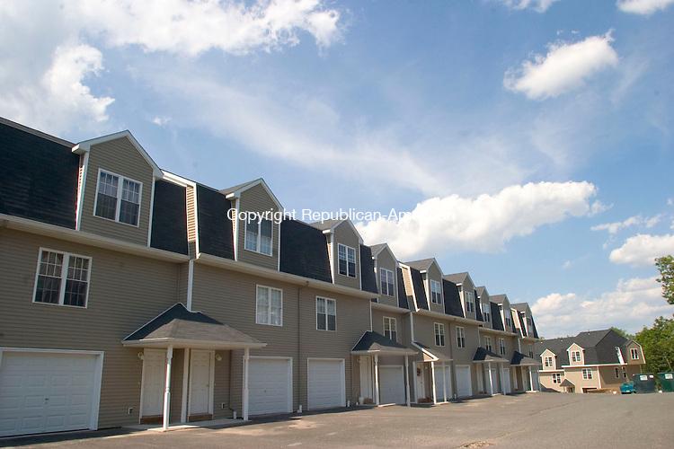 WATERBURY, CT- 17 JULY 2007- 071707JT01-<br /> Beau View Pointe condominiums in Waterbury.<br /> Josalee Thrift / Republican-American