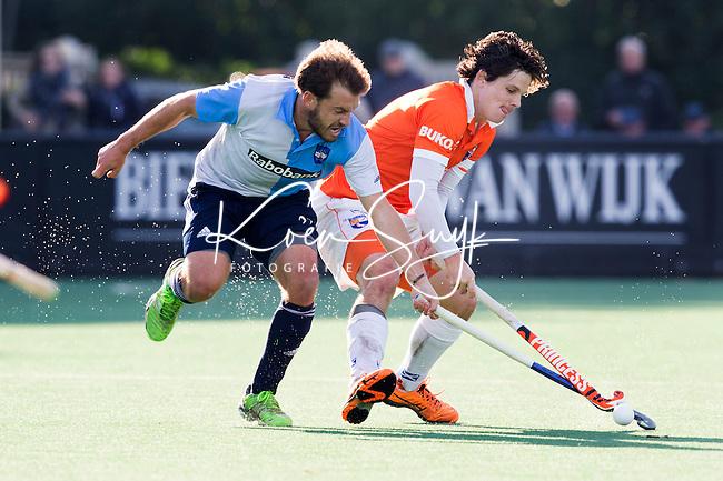 BLOEMENDAAL - HOCKEY - Wouter Jolie (r)  van Bloemendaal met   Martin Genestet van Hurley  tijdens   de hoofdklasse competitie wedstrijd tussen de mannen van Bloemendaal en Hurley (1-1) . COPYRIGHT KOEN SUYK