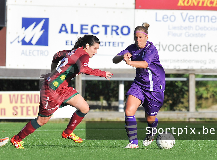 Beerschot Dames - Zulte-Waregem :  Pauline Crammer in duel met Katrien Van Rooy (rechts).foto DAVID CATRY / Vrouwenteam.be