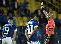 BOGOTA - COLOMBIA, 22-09-2018: Diego Escalante, árbitro, muestra la tarjeta amarilla a Gabriel Hauche (#9) de Millonarios durante el encuentro entre Millonarios y Once Caldas por la fecha 11 de la Liga Águila II 2018 jugado en el estadio Nemesio Camacho El Campin de la ciudad de Bogotá. / Diego Escalante, referee, shows the yellow card to Gabriel Hauche (#9) of Millonarios during the match between Millonarios and Once Caldas for the date 11 of the Liga Aguila II 2018 played at the Nemesio Camacho El Campin Stadium in Bogota city. Photo: VizzorImage / Gabriel Aponte / Staff.