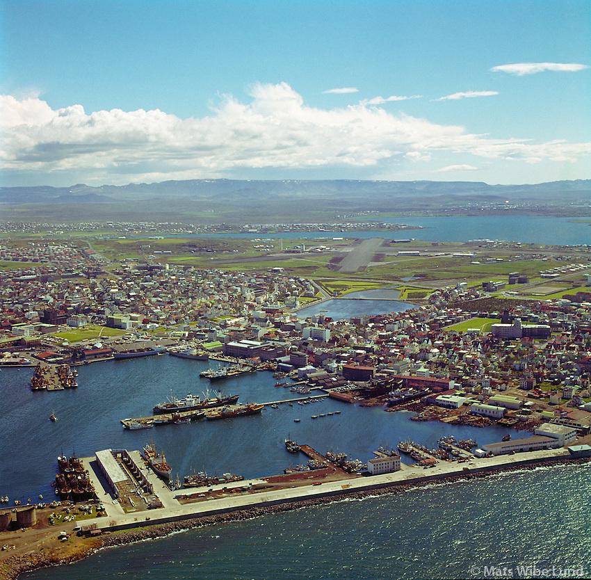 Reykjavíkurhöfn 1963, miðbær og Reykjavíkurflugvöllur í baksýni. Séð til suðurs.  /   Reykjavik harbour 1963. Capital centre, lake Tjornin and Reykjavik domestic airport. Viewing south.