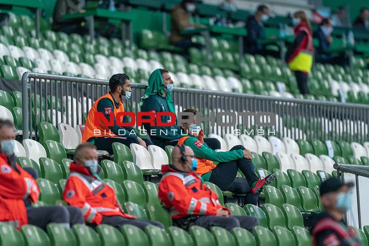 Auswechsel auf der Tribuene Stefanos Kapino (Werder Bremen #27) mit CORONA Gesichtsmaske Yuya Osako (Werder Bremen #08) Nuri Sahin (Werder Bremen #17)<br /> <br /> Sport: Fussball: 1. Bundesliga: Saison 19/20: <br /> 26. Spieltag: SV Werder Bremen vs Bayer 04 Leverkusen, 18.05.2020<br /> <br /> Foto ©  gumzmedia / Nordphoto / Andreas Gumz / POOL <br /> <br /> Nur für journalistische Zwecke! Only for editorial use!<br />  DFL regulations prohibit any use of photographs as image sequences and/or quasi-video.