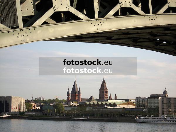 Blick von Mainz-Kastel unter der Theodor-Heuß-Brücke hindurch über den Rhein auf die Skyline von Mainz mit dem Rathaus, der Rheingaoldhalle und dem Holtel Hilton am Adenauer-Ufer, dem Dom St. Martin und dem Turm der Stephanskirche