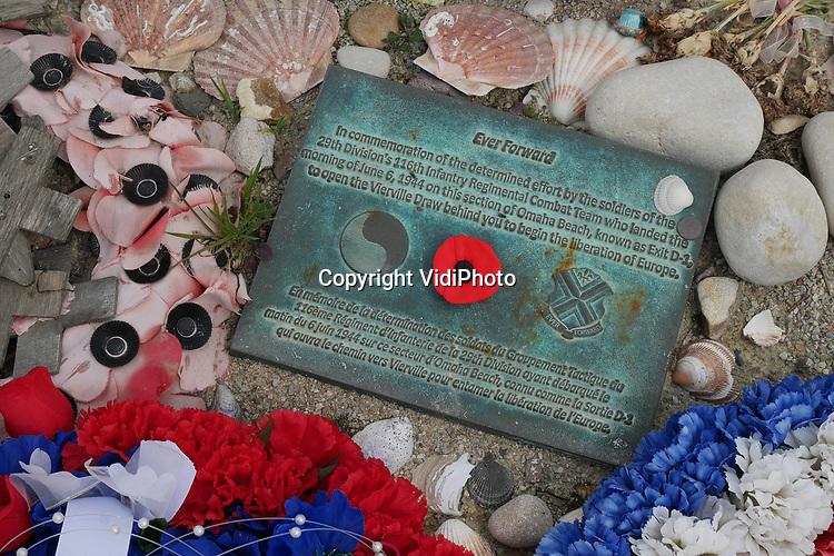 Foto: VidiPhoto<br /> <br /> VIERVILLE SUR MER - De invasiestranden in het Franse Normandië worden in mei bezocht door tienduizendenden toeristen, voorafgaand aan de naderende grote herdenkingen. Op 6 juni is het precies 75 jaar geleden dat Operatie Overlord startte, de invasie door de geallieerden van het door Duitsland bezette West-Europa. Ministers en presidenten vanuit de hele wereld zijn aanwezig tijdens de herdenkingen volgende maand, alsmede de laatste nog levende vetereranen. Om die te verwachte drukte te vermijden komen er nu al veel toeristen, onder wie relatief veel Nederlanders, naar Normandië. Meest bezocht wordt Omaha Beach (foto) bij Vierville sur Mer. Op het 5 km. lange strand kwamen op 6 juni daar 3000 Amerikaanse militairen om het leven, meer dan op de andere invasiestranden.
