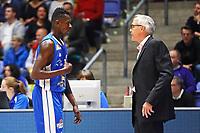 Isaac Bonga (Fraport Skyliners) im Gespräch mit Trainer Gordon Herbert (Fraport Skyliners) - 11.10.2017: Fraport Skyliners vs. Basketball Löwen Braunschweig, Fraport Arena Frankfurt
