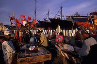 Afrique/Maghreb/Maroc/Essaouira : Le port de pêche, les pêcheurs préparent leurs lignes de pêche, en fond le chantier naval