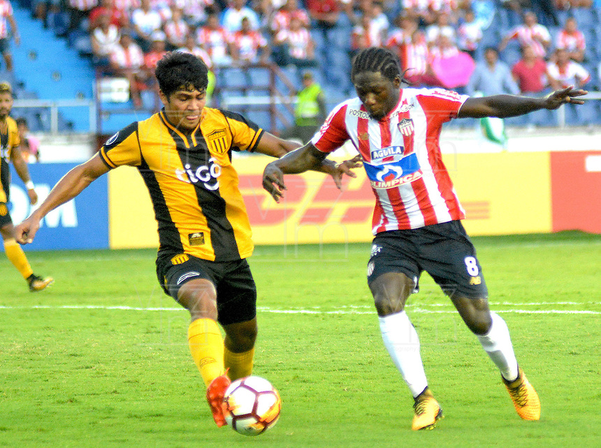 BARRANQUIILLA - COLOMBIA, 15-02-2018: Yimmi Chara (Der) del Atlético Junior de Colombia disputa el balón con Roberto Rojas (Izq) jugador de Guaraní de Paraguay durante partido de ida por la tercera fase, llave 4, de la Copa CONMEBOL Libertadores 2018  jugado en el estadio Metropolitano Roberto Meléndez de la ciudad de Barranquilla. / Yimmi Chara (R) player of Atlético Junior of Colombia struggles the ball with Roberto Rojas (L) player of Guarani of Paraguay during first leg match for the third phase, key 4, of the Copa CONMEBOL Libertadores 2018 played at Metropolitano Roberto Melendez stadium in Barranquilla city.  Photo: VizzorImage/ Alfonso Cervantes / Cont