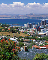 South Africa, Cape Town, view across city skyline | Suedafrika, Kapstadt, Blick von den Auslaeufern des Lion's Head ueber die City-Skyline