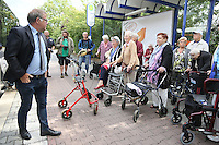 Reinhard Blüm (Leiter Verkehrsbetrieb Stadtwerke Rüsselsheim) erklärt den Senioren des Haus am Ostpark den richtigen Umgang beim Einsteigen in die Busse der Stadtwerke