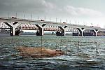 Op het Hollands Diep zijn op de nieuwe Hsl-brug vijftien met zand geladen vrachtwagens geplaatst ter controle van het inzakken van de peilers. Bij metingen aan de 1200 meter lange brug bleek onlangs dat ??n van de elf onderheide pijlers onverwachts enkele centimeters in de bodem verdwenen was. Uit voorzorg wordt daarom de komende dagen de brug extra belast om na te gaan of in de toekomst de hsl-trein er met een maximum snelheid van 300 km/uur over heen kan. De brug is gebouwd door bouwcombinatie Drechtse Steden die bestaat ondermeer uit Ballast Nedam, Strukton, HBG(BAM), Van Hattum Blankevoort en Van Oord.© Ton Borsboom