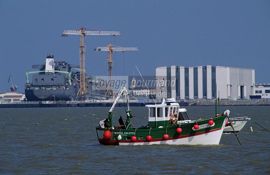 Europe/France/Pays de la Loire/44/Loire-Atlantique/Paimboeuf: Le port avec, à l'arrière plan, le chantier naval de Saint-Nazaire