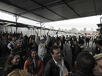 SAO PAULO, SP, 29 DE MAIO DE 2013 -  FEIRINHA DA MADRUGADA - Comerciantes da Feirinha da Madrugada, no Brás, na região central de São Paulo (SP), retiram as mercadorias nesta quarta-feira (29). A feira foi lacrada pela Prefeitura na noite desta terça (28) para início das obras de reforma, que devem terminar em agosto. Durante esta madrugada, cerca de 200 comerciantes fecharam a Avenida do Estado e a Rua São Caetano em protesto contra o fechamento da feira. FOTO: MAURICIO CAMARGO / BRAZIL PHOTO PRESS.