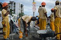 Rio de Janeiro-Rj 26/05/2014-OBRAS  BRT -Homes tercerizados trabalham nessa tarde de segunda feira para instalacao de semaforos na Rua Candido Benicio ,esquina com Rua Albano , Zona Oeste  . Foto-Tércio Teixeira /Brazil Photo Press