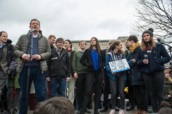 """Schuelerstreik und Demonstration """"Fridays4Future"""" (#f4f) in Berlin.<br /> Ca. 15.000 Menschen, hauptsaechlich Schuelerinnen und Schuler kamen am Freitag den 15. Maerz 2019 in Berlin zur woechentlichen Klimademonstration um gegen die Klimapolitik der Bundesegierung zu protestieren. Erstmals wurden sie dabei von Eltern (""""Parents for Future"""") und Wissenschaftlern (""""Scientist for Future"""") unterstuetzt.<br /> An diesem Freitag streikten Schuelerinnen und Schueler weltweit  in mehr als 1650 Staedten fuer ein umdenken in der Klimapolitik.<br /> Rechts im Bild: Luisa Neubauer, Schueleraktivistin aus Berlin.<br /> Links im Bild: Der Arzt und Wissenschaftler Eckart von Hirschhausen.<br /> 15.3.2019, Berlin<br /> Copyright: Christian-Ditsch.de<br /> [Inhaltsveraendernde Manipulation des Fotos nur nach ausdruecklicher Genehmigung des Fotografen. Vereinbarungen ueber Abtretung von Persoenlichkeitsrechten/Model Release der abgebildeten Person/Personen liegen nicht vor. NO MODEL RELEASE! Nur fuer Redaktionelle Zwecke. Don't publish without copyright Christian-Ditsch.de, Veroeffentlichung nur mit Fotografennennung, sowie gegen Honorar, MwSt. und Beleg. Konto: I N G - D i B a, IBAN DE58500105175400192269, BIC INGDDEFFXXX, Kontakt: post@christian-ditsch.de<br /> Bei der Bearbeitung der Dateiinformationen darf die Urheberkennzeichnung in den EXIF- und  IPTC-Daten nicht entfernt werden, diese sind in digitalen Medien nach §95c UrhG rechtlich geschuetzt. Der Urhebervermerk wird gemaess §13 UrhG verlangt.]"""