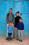 Félix (5ans), Jean Lou (6ans) Raphaele  et Gabriel leurs parents  devant une porte marocaine. Maroc. mars 2006.