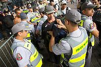 SÃO PAULO, SP - 21.10.2013 - MANIFESTAÇÃO PELA EDUCAÇÃO -SP - Manifestantes, são revistados no vão do Masp na Av Paulista, região central de São Paulo, nesta segunda-feira (21). (Foto: Marcelo Brammer/Brazil Photo Press)