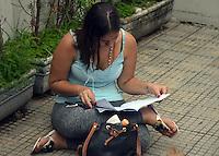 SÃO PAULO,SP - 29.11.2015 - FUVEST-SP - Candidatos ao vestibular da FUVEST, chegam ao Colégio Cristo Rei, localizado na Avenida Conselheiro Rodrigues Alves, no bairro da Vila Mariana, para prestarem o vestibular, na tarde desse domingo, 29. Todos os candidatos que fariam a prova na Escola Estadual Lasar Segall, foram transferidos para esta escola. (Foto: Eduardo Carmim/Brazil Photo Press)