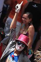Milhares de brincantes acompanham o Arraial do Pavulagem pelas cidades.O Instituto Arraial do Pavulagem é uma organização autônoma da sociedade civil, sem fins lucrativos, criada em 2003. Ao longo de sua existência, o Instituto tem desenvolvido ações de educação cultural na Amazônia que contribuem para transmitir e fortalecer o saber oral tradicional, com uma leitura contemporânea através de linguagens como a dança, a música e a visualidade cênica. Em quase uma década de atividades, o Instituto coloca na rua seus principais projetos: os cortejos de cultura popular Cordão do Peixe-Boi (último domingo de março), Arrastão do Pavulagem (junho) e Arrastão do Círio (outubro). Os cortejos somam-se a oficinas, palestras, seminários, pesquisas, projetos de extensão, rodas cantadas, ensaios, mostras e shows, que valorizam e propagam as manifestações artísticas da Amazônia.Belém, Pará, Brasil.<br /> Foto Ana Mokarzel.<br /> 05/07/2009