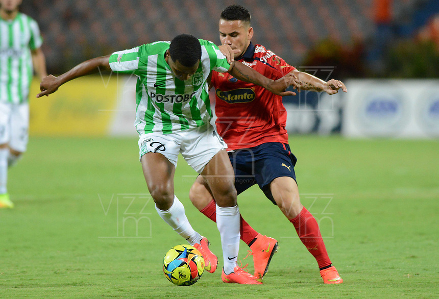 MEDELLÍN -COLOMBIA-13-09-2014. Wilder Guisao (Izq) jugador de Atlético Nacional disputa el balón con Gilberto Garcia Olarte (Der) jugador de Independiente Medellín durante partido por la fecha 9 de la Liga Postobón II 2014 jugado en el estadio Atanasio Girardot de la ciudad de Medellín./ Wilder Guisao (L) player of Atletico Nacional  fights for the ball with Gilberto Garcia Olarte (R) player of Independiente Medellin during the match for the 9th date of the Postobon League II 2014 at Atanasio Girardot stadium in Medellin city. Photo: VizzorImage/Luis Ríos/STR
