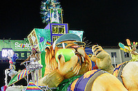 SANTOS, SP, 30.01.2016 - CARNAVAL-SANTOS - Integrantes da escola de samba Real Mocidade, durante desfile do Carnaval de Santos 2016 na Passarela do Samba Dráusio da Cruz, na zona noroeste em Santos/SP, na noite deste sábado, 30. (Foto: Flavio Hopp / Brazil Photo Press)