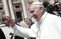 Papa Francesco saluta i fedeli al termine dell'udienza generale del mercoledi' in Piazza San Pietro, Citta' del Vaticano, 31 maggio, 2017.<br /> Pope Francis waves to faithful as he leaves at the end of his weekly general audience in St. Peter's Square at the Vatican, on May 31, 2017.<br /> UPDATE IMAGES PRESS/Isabella Bonotto<br /> STRICTLY ONLY FOR EDITORIAL USE