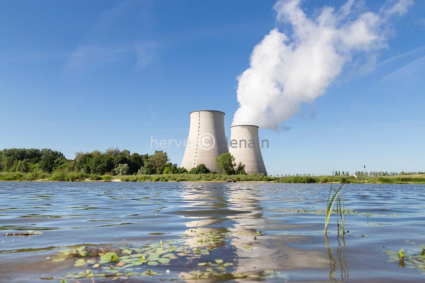 France, Cher (18), Belleville-sur-Loire, centrale nucléaire de Belleville et la Loire // France, Cher, Belleville-sur-Loire, Belleville nuclear power plant and the Loire