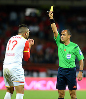 MEDELLIN - COLOMBIA - 21 - 01 -2017: Luis Sanchez (Der.), arbitro, muestra tarjeta amarilla a Denis Stracqualursi (Izq.), jugador de Independiente Santa Fe, durante partido de ida entre Deportivo Independiente Medellin y el Independiente Santa Fe, por la SuperLiga Aguila 2017 en el estadio Atanasio Girardot de la ciudad de Medellin. / Luis Sanchez (R), referee, shows yellow card to Denis Stracqualursi (L), jugador player of Independiente Santa Fe, during a match for the first round between Deportivo Independiente Medellin and Independiente Santa Fe, for SuperLiga Aguila 2017 at the Atanasio Girardot stadium in Medellin city. Photo: VizzorImage /  Leon Monsalve / Cont