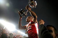 BOGOTÁ - COLOMBIA -09-12-2015: Sergio Otalvaro jugador de Independiente Santa Fe (COL) es levantadpo con el trofeo para celebrar como campeones de  la Copa Sudamericana 2015 después del encuentro de vuelta con Huracan (ARG)  jugado en el estadio Nemesio Camacho El Campín de la ciudad de Bogota./ Sergio Otalvaro player of Independiente Santa Fe (COL)  is lifted with the trophy to celebrateas a champions of Copa Sudamericana 2015 after the second leg match against Huracan (ARG) played at Nemesio Camacho El Campin stadium in Bogota city.  Photo: VizzorImage/ Ivan Valencia / Str