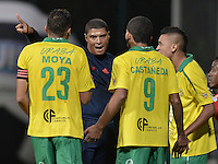 BOGOTÁ -COLOMBIA-30-11-2015. Juan Ponton, árbitro, discute con jugadores de Leones durante encuentro entre Fortaleza FC y Leones FC por la fecha 6 de los cuadrangulares finales del Torneo Águila 2015 jugado en el estadio Metropolitano de Techo en Bogotá./ Juan Ponton, referee, discuss with Leones players during the match between Fortaleza FC and Leones FC for the date 6 of the final quadrangulars of Aguila Tournament 2015 played at Metropolitano de Techo stadium in Bogota. Photo: VizzorImage / Gabriel Aponte / Staff
