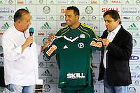 O jogador Daniel Carvalho(c) eo presidente do Palmeiras Arnaldo Tirone no CT da Barra Funda,na zona oeste de Sao Paulo, na manha desta terça-feira 10.FOTO ALE VIANNA - NEWS FREE.
