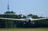4415 / Flugzeugschlepp: DEUTSCHLAND, HAMBURG, 12.08.2004:Scheibe Rotax Falke schleppt UL Segelflugzeug Banjo
