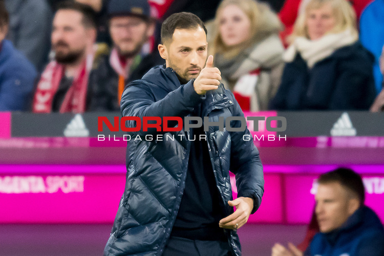 09.02.2019, Allianz Arena, Muenchen, GER, 1.FBL,  FC Bayern Muenchen vs. FC Schalke 04, DFL regulations prohibit any use of photographs as image sequences and/or quasi-video, im Bild Domenico Tedesco (Trainer Schalke) mit daumen nach oben<br /> <br />  Foto &copy; nordphoto / Straubmeier
