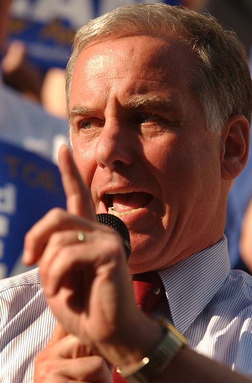dean10/062403 - Presidential candidate Howard Dean, D-Vt., speaks at a rally at the Capitol City Brewery on Mass. Ave, NE.