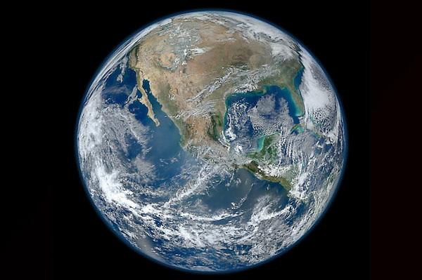 """MIA31 - WASHINGTON (DC, EEUU), 25/1/2012.- Fotografía cedida hoy, miércoles 25 de enero de 2012, en donde aparece la tierra tomada por el recién bautizado satélite Suomi NPP el pasado 4 de enero 2012. El fallecido meteorólogo de la Universidad de Wisconsin, Verner Suomi, conocido como """"el padre del satélite meteorológico"""", da nombre a un proyecto espacial que hasta ahora se conocía con la referencia técnica de """"Proyecto Nacional de Satélite Medioambiental Polar-orbital"""" o NPP y ahora el satélite pasa a llamarse Suomi NPP, y fue lanzado el pasado 28 de octubre desde la base californiana de Vandenberg con la intención de mejorar las predicciones meteorológicas a corto plazo e incrementar el entendimiento del cambio climático. EFE/NASA/NOAA/GSFC/Suomi NPP/VIIRS/Norman Kuring/SÓLO USO EDITORIAL/NO VENTAS"""