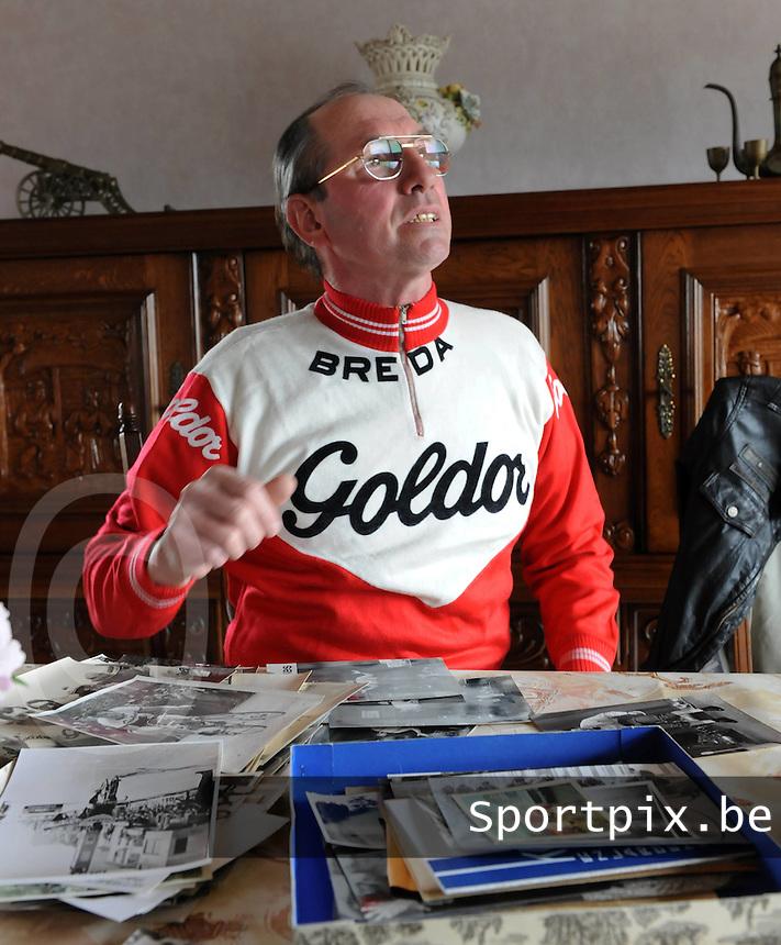 Hulste : Hubert Hutsebaut is trots op zijn oude foto's die hij goed bewaarde.foto VDB / BART VANDENBROUCKE