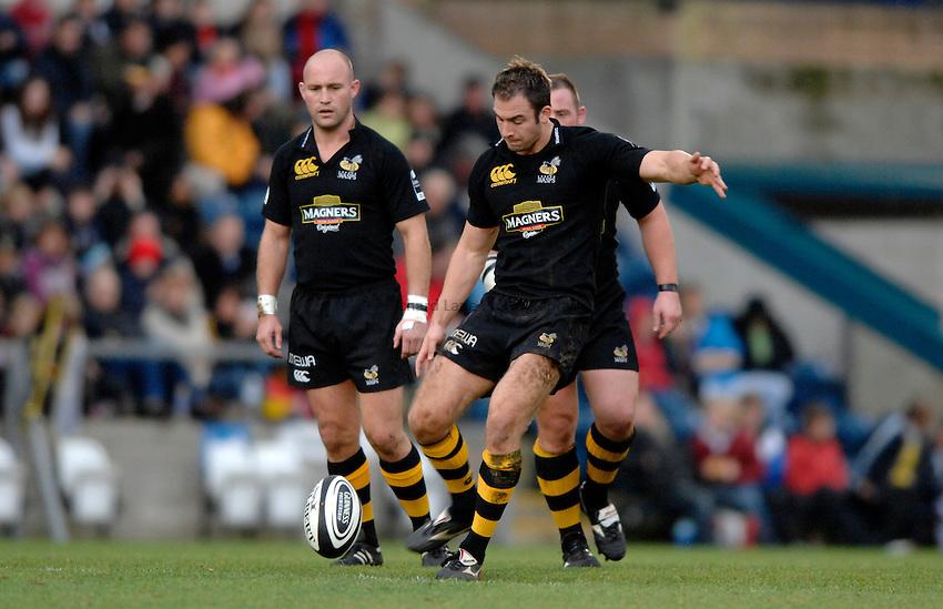Photo: Richard Lane..London Wasps v Bath Rugby. Guinness Premiership. 12/11/2006. .Wasps' Edd Thrower kicks.