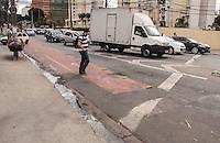 SÃO PAULO,SP, 20.08.2015 - CICLOVIA-SP -A ciclovia biredicional  localizada na Avenida Miguel Frias e Vasconcelos tem 5 km de extensão. No cruzamento com a Avenida Jaguaré, existe uma bifurcação o motorista que acessa a bifurcação à direita não tem espaço para passar e invadem a faixa zebrada ou ciclovia para conseguir seguir o trajeto e acabam cometendo uma infração de trânsito. na região oeste de São Paulo. (Foto : Marcio Ribeiro / Brazil Photo Press)
