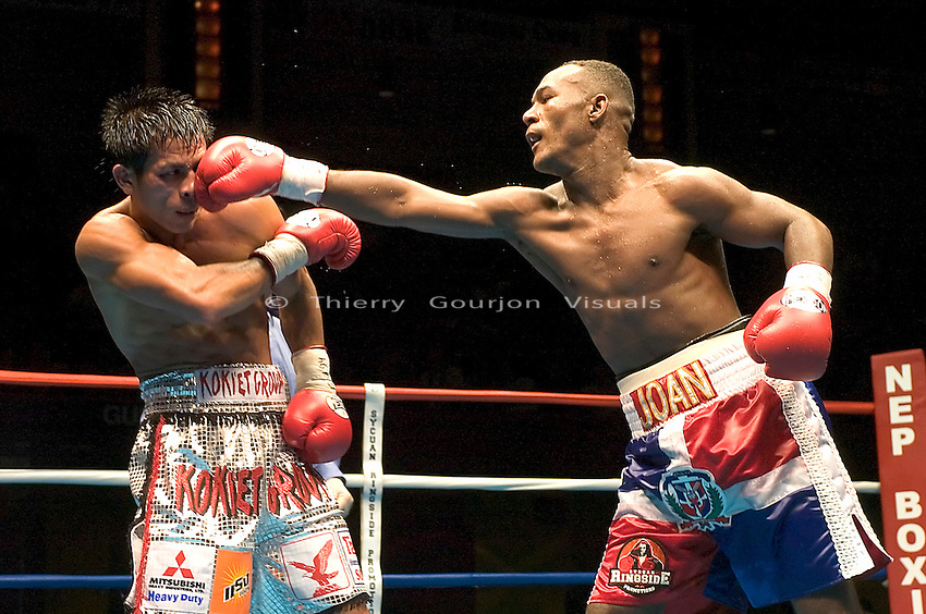 Joan Guzman lands  against Terdsak Jandaeng (l) during their WBO Featherweight Eliminator Fight at the Westchester County Center, White Plains, NY on 08.26.2005..Guzman won by unanimous decision.