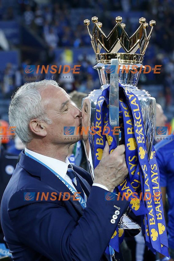 Leicester City Manager Claudio Ranieri kisses the trophy after the Barclays Premier League match between Leicester City and Everton, played at The King Power Stadium, Leicester, on 07th May 2016 / Barclays Premier League 2015/16 Leicester City v Everton King Power Stadium<br /> <br /> Foto Insidefoto