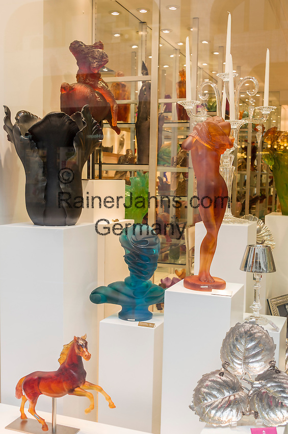 France, Provence-Alpes-Côte d'Azur, Cannes: display windows showing glass sculptures at the famous Boulevard de la Croisette | Frankreich, Provence-Alpes-Côte d'Azur, Cannes: Schaufenster mit Glas-Skulpturen auf dem Boulevard de la Croisette